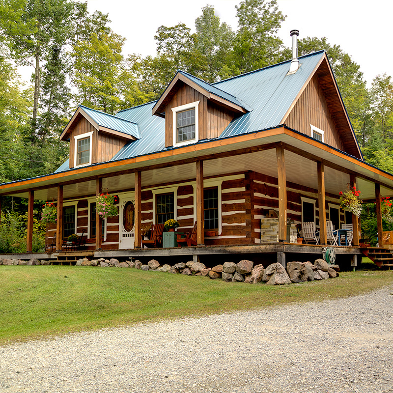 Outside view of log house in Val-Des-Monts Quebec